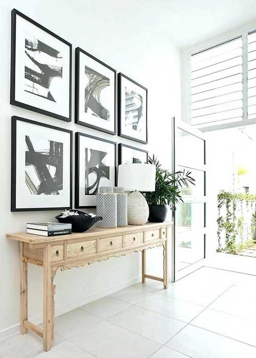hall moderno e simples com quadros na decoracao