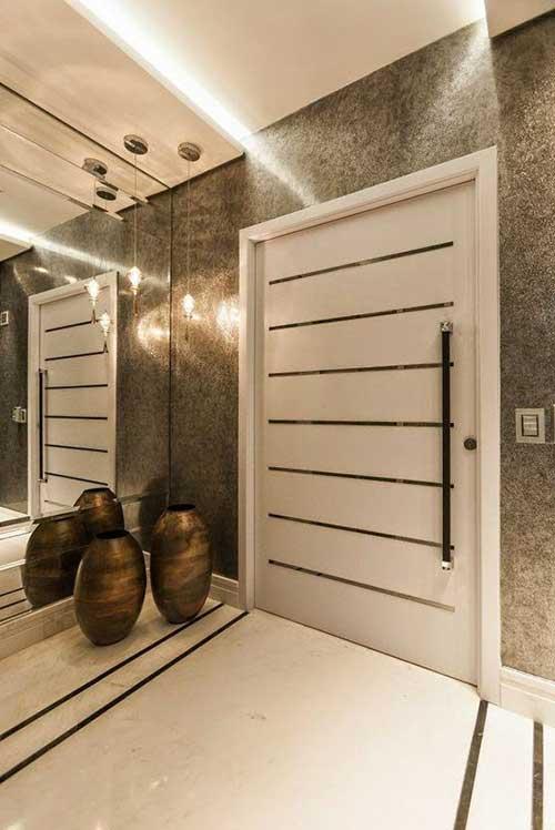 hall moderno e luxuoso em apartamento grande com espelho