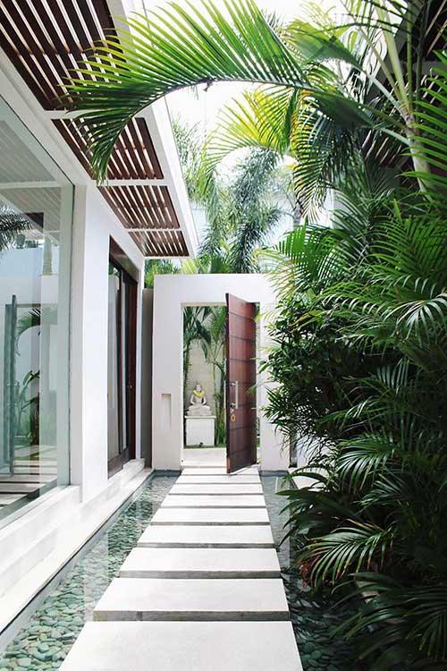 hall de entrada com plantas e pedras ornamentais