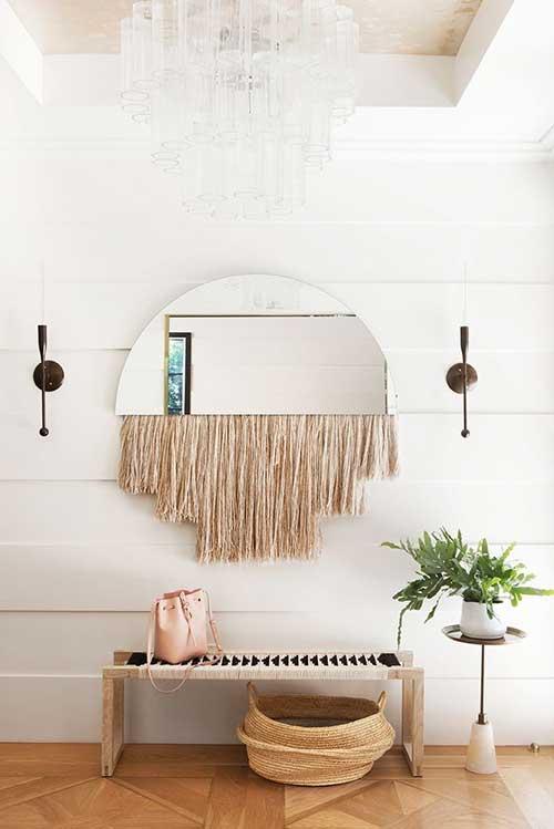 foto de hall de entrada com banco de vime em casa moderna