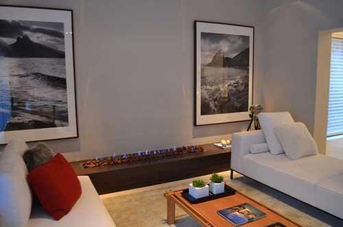 foto de sala de estar com parede cinza e lareira a gas