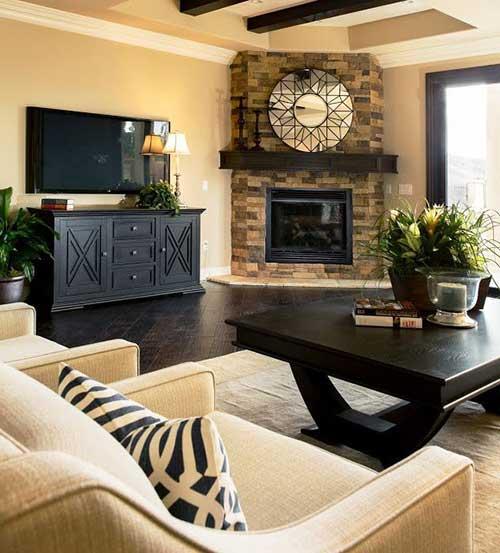 sala de estar com lareira e prateleira