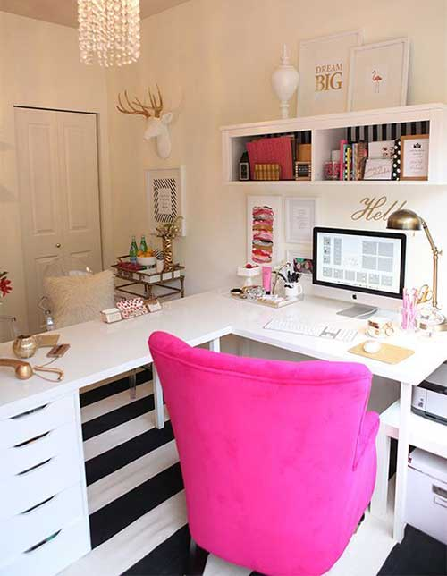 escritorio feminino decorado com poltrona rosa
