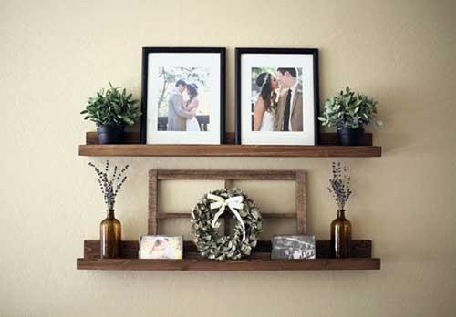 foto de sala de estar com prateleira de madeira para quadros