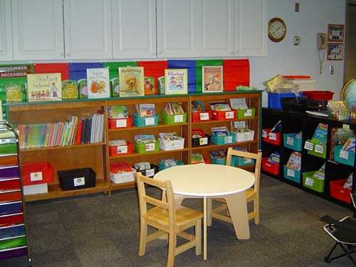 sala de aula infantil com prateleiras e nichos