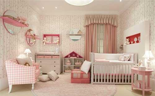imagem de quarto de bebe branco com detalhes todos na cor rosa