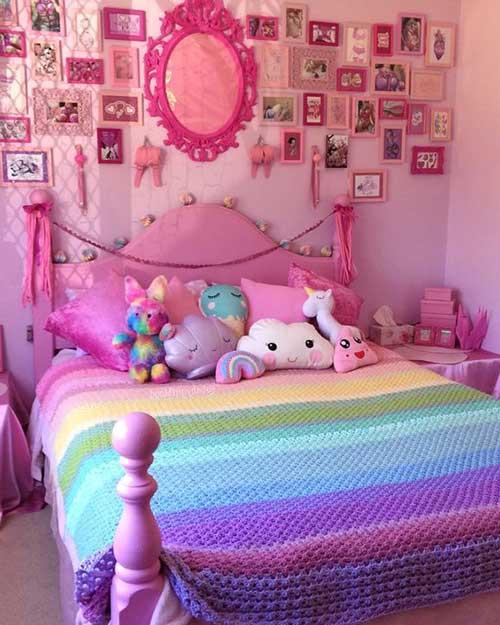 quarto de menina com varios quadros rosa
