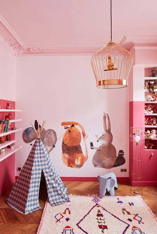 quarto todo rosa com adesivos realistas