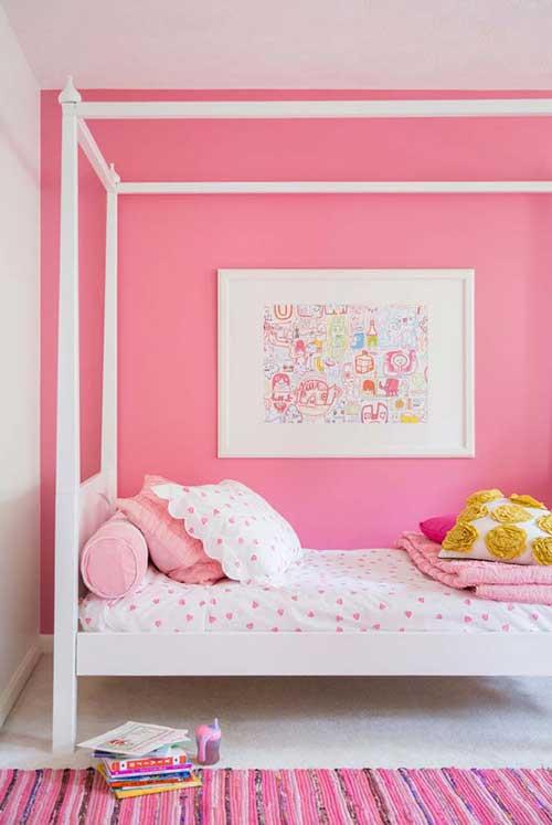 foto de quarto todo rosa com tapete tambem rosa