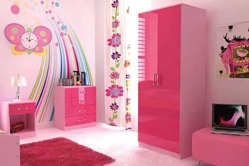 quarto de menina pequena todo rosa com adesivo