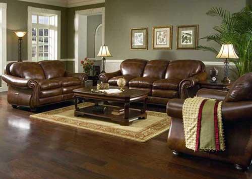 sala de estar com sofa marrom e parede verde