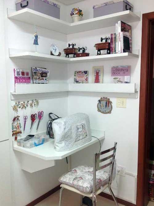 sala de costura pequena com prateleiras em l