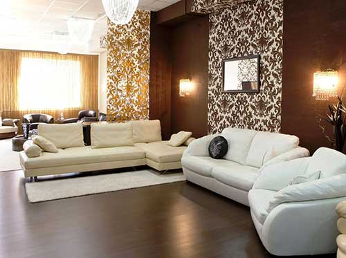 sala de estar com piso vinilico marrom e detalhes amarelos