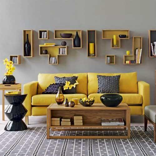 foto de sala de estar amarela com detalhes em marrom e parede cinza