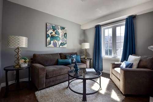 foto de sala de estar marrom e cinza bonita