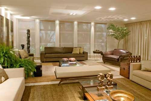 imagem de sala de estar grande decorada de marrom e bege