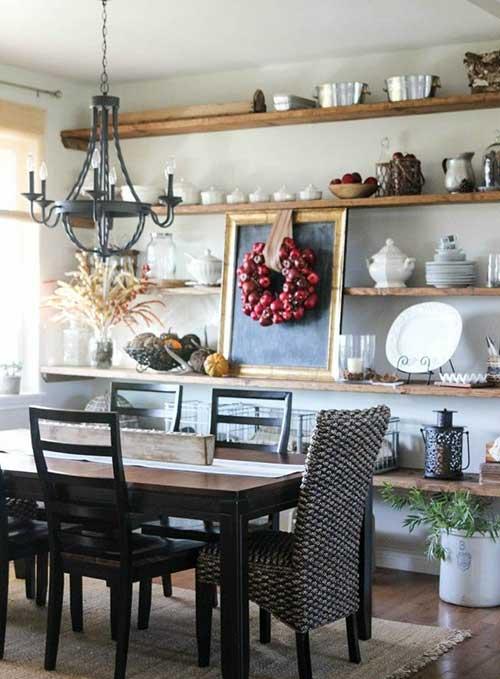 foto de sala de jantar rustica com prateleiras em madeira