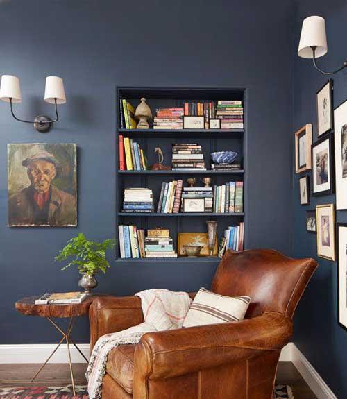 sala de leitura azul com prateleiras embutidas