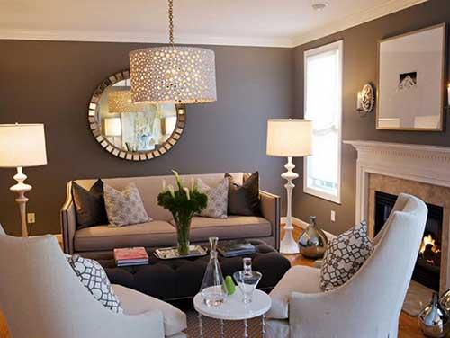 sala de estar moderna com parede marrom e objetos decorativos bonitos