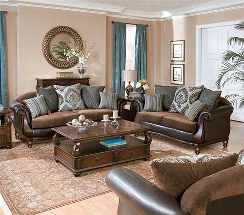 sala de estar com sofa marrom e cortina azul e parede salmao