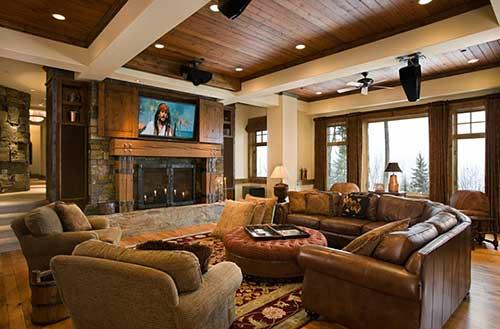 sala de estar luxuosa com televisao e lareira de metal