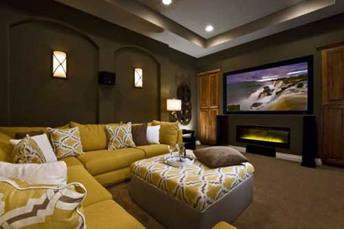 imagem de sala de tv com sofa amarelo mostarda e parede marrom chocolate