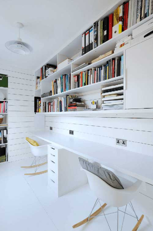 foto de escritorio comercial clean com prateleiras