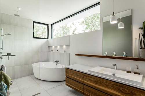 banheiro amplo com moveis planejados