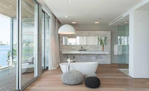 banheiro amplo com varanda e luminaria pendente