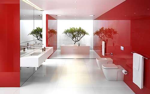 foto de banheiro vermelho com arvore ao fundo