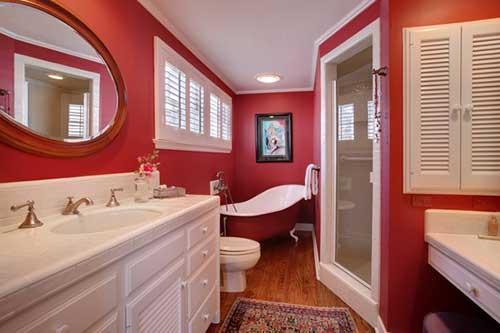 banheiro com parede vermelha sem revestimento