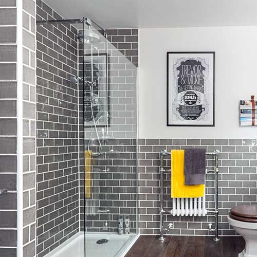 foto do pinterest de banheiro cinza com piso de porcelanato
