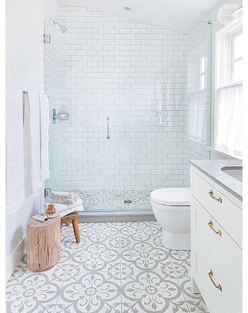 banheiro moderno e branco ainda que utilizando piso retro