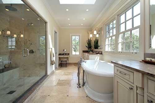 grande banheiro luxuoso com espaço para maquiar