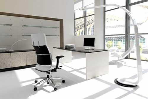 imagem de escritorio com cadeira com encosto para a cabeça