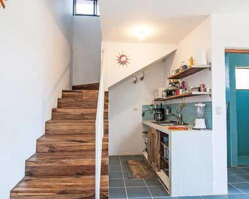 retrato de cozinha americana pequena com cozinha perto da escada