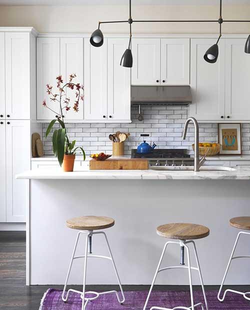 imagem de cozinha branca pequena americana com bancada de marmore