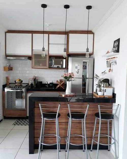 retrato de cozinha americana pequena e moderna em marrom, preto e branco