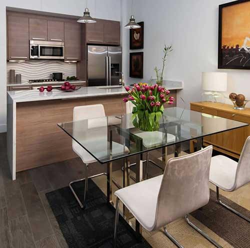 foto do pinterest de cozinha americana moderna com itens cromados