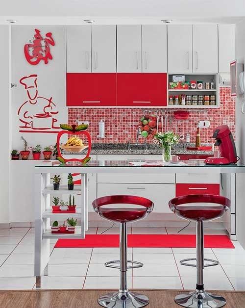 foto de cozinha americana pequena com desenho em vermelho de um chef