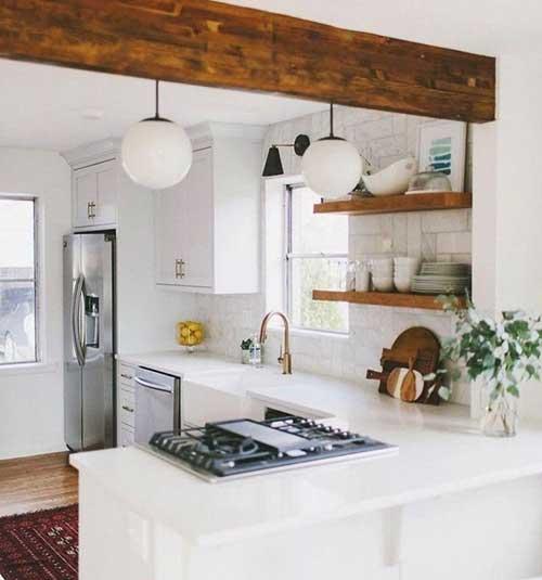 foto de cozinha branca com acabamento em madeira