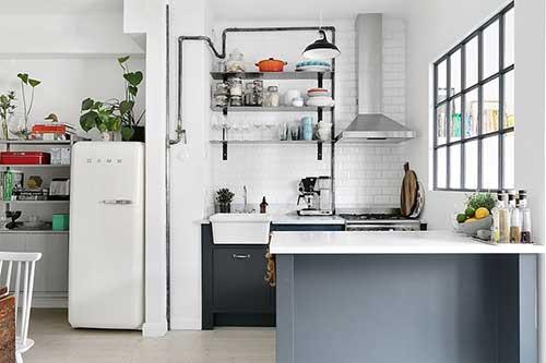 retrato de kitnet com cozinha americana pequena