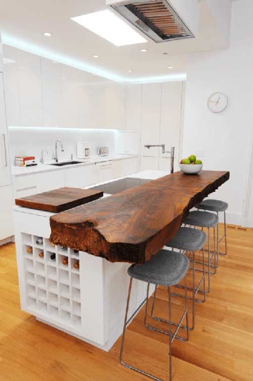 cozinha branca e clean americana com bancada rustica de madeira