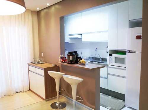 foto do pinterest de cozinha americana marrom em apartamento
