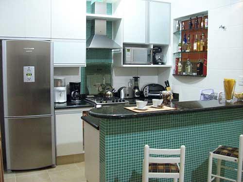 retrato de cozinha americana pequena com pastilhas verdes