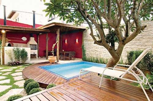 edicula vermelha com churrasqueira e piscina com deck