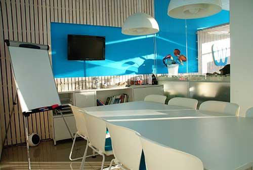 imagem de escritorio comercial com iluminaçao natural