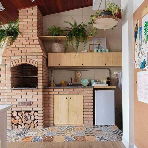 piso em azulejo colorido com decoracao rustica