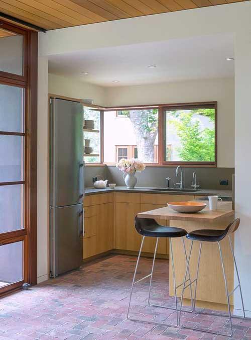 imagem de cozinha americana em u pequena mas com janela grande