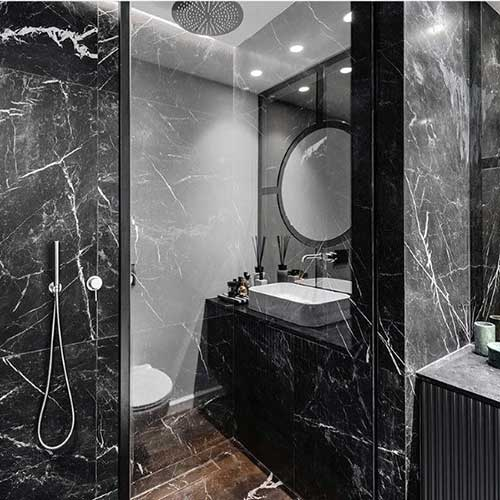 marmore preto no banheiro bonito